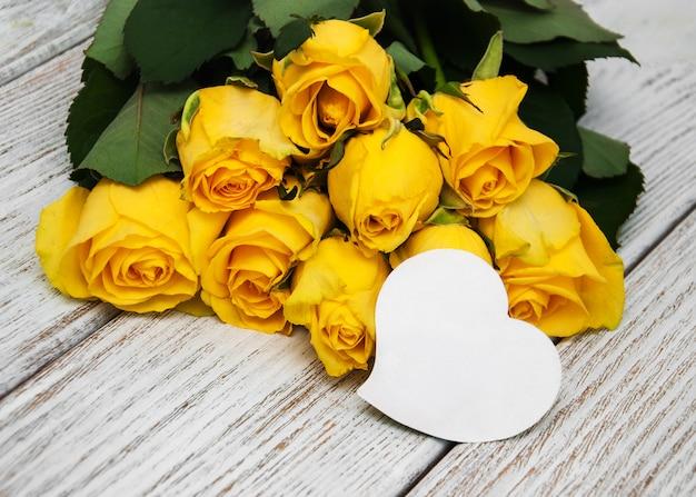 Rosas amarelas em uma mesa