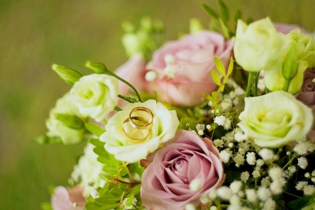 Rosas - bouquet de flores e vestido de noiva como pano de fundo