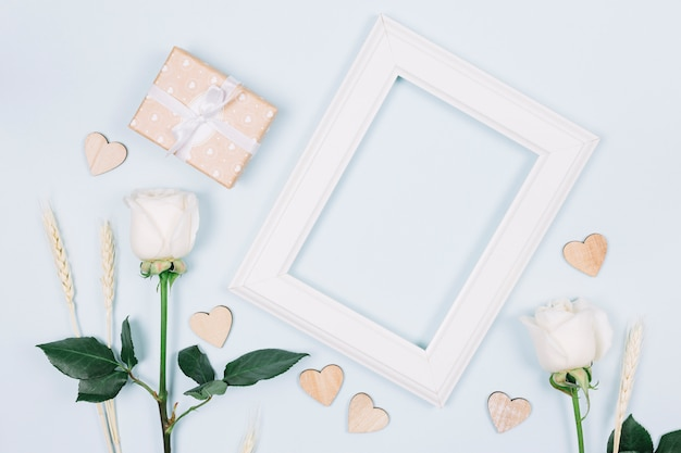 Rosas brancas com um quadro