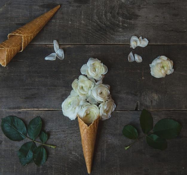 Rosas brancas, criadas no estilo de bolas de sorvete e dentro de um cone
