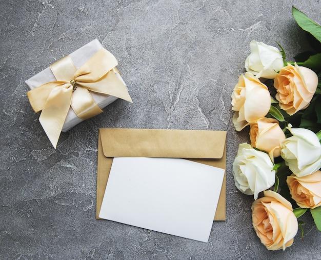 Rosas brancas e cartão