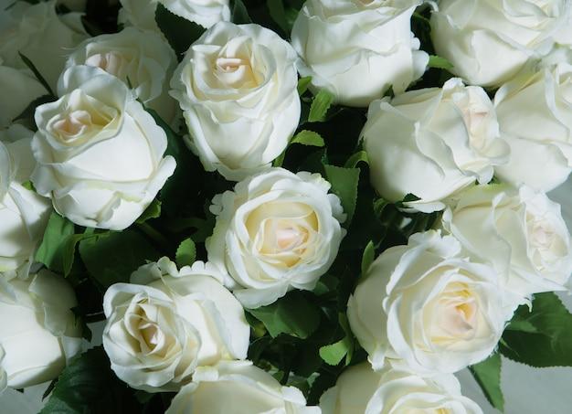 Rosas brancas em um vaso de vidro