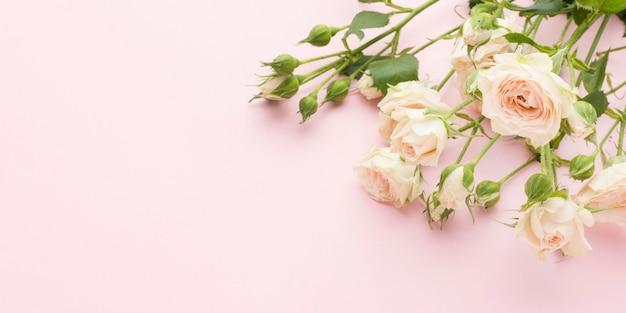 Rosas brancas leigos planas com cópia-espaço