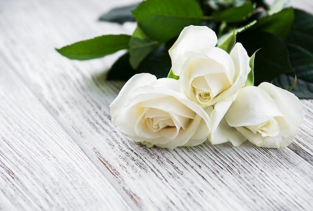 Rosas brancas sobre uma mesa