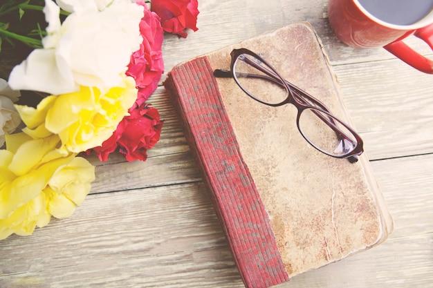 Rosas, café e livro