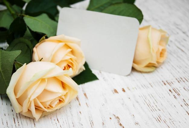 Rosas com um cartão