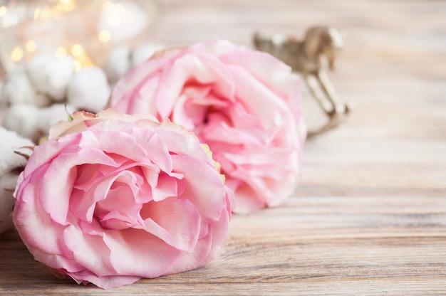 Rosas cor de rosa, cavalo de balanço