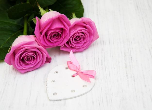 Rosas cor de rosa com tag de coração branco
