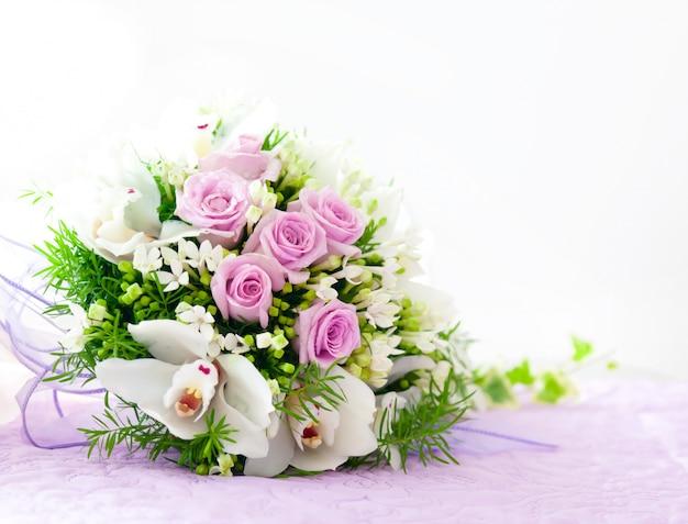 Rosas cor de rosa de casamento e buquê de orquídea branca