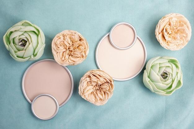 Rosas de austin com uma moldura redonda com um lugar para o texto do designer no tecido verde mar. configuração plana