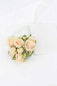 Rosas de buquê com cartão de convite e fita