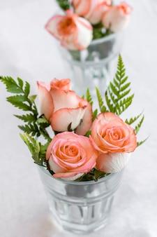 Rosas de close-up dentro de um copo
