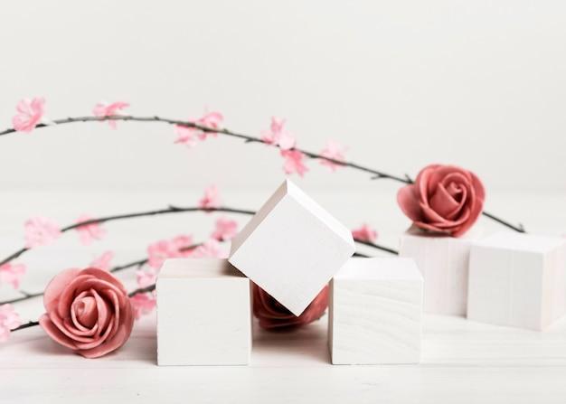 Rosas de conceito artístico com cubos brancos