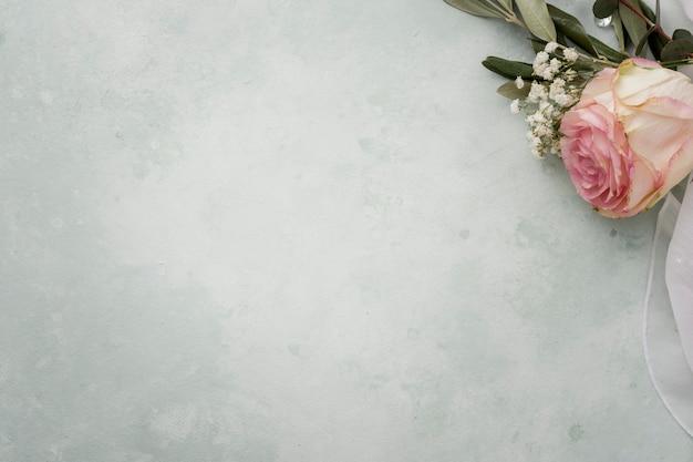 Rosas de cópia-espaço enfeite de casamento