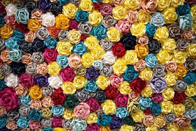 Rosas de origami de fundo multicolorido.
