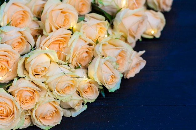 Rosas de pêssego em um fundo preto de madeira