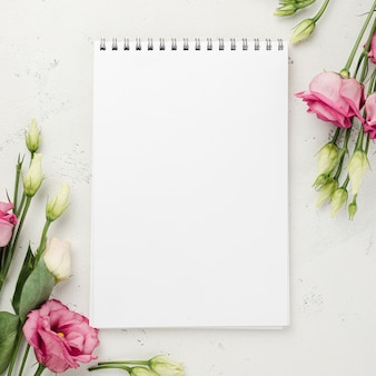 Rosas de vista superior ao lado do notebook