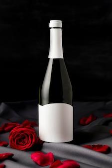 Rosas do dia dos namorados com garrafa de champanhe