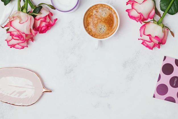 Rosas e café no fundo de mármore