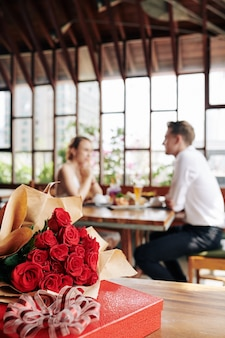 Rosas e caixa de chocolate Foto Premium