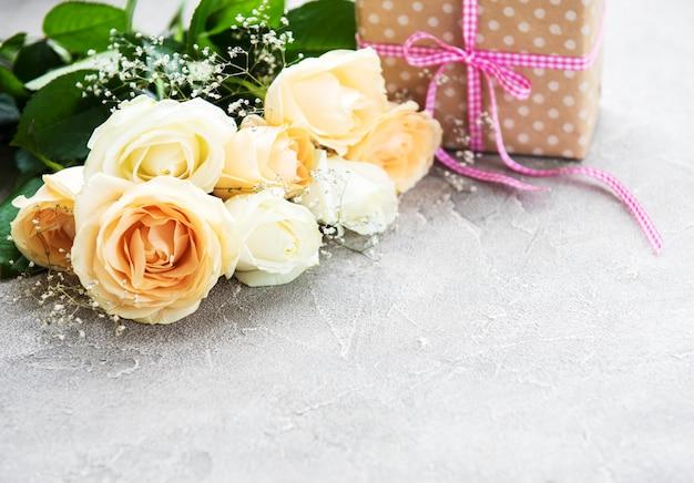 Rosas e caixa de presente