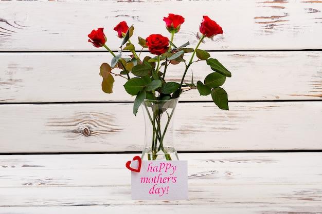 Rosas e cartão para papel de mãe com coração perto de flores escrever parabéns para conjunto de presente clássico de mãe