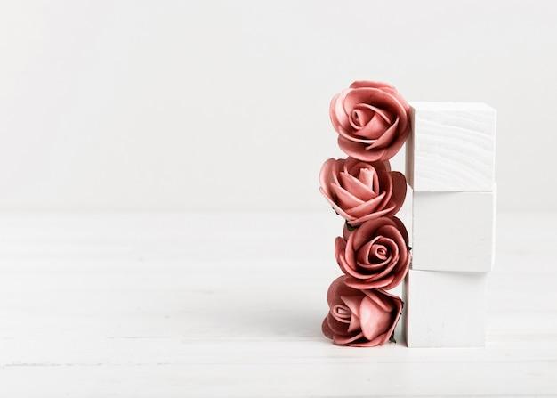 Rosas e cubos brancos com espaço de cópia