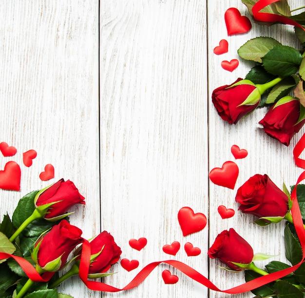 Rosas e fita vermelha