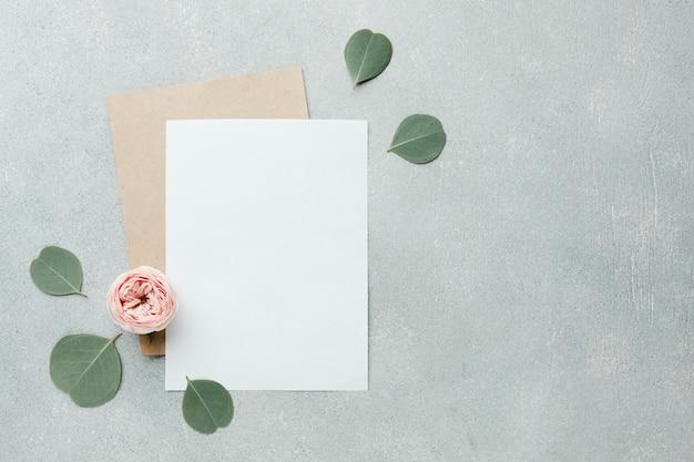 Rosas e folhas planas leigos com papéis em branco