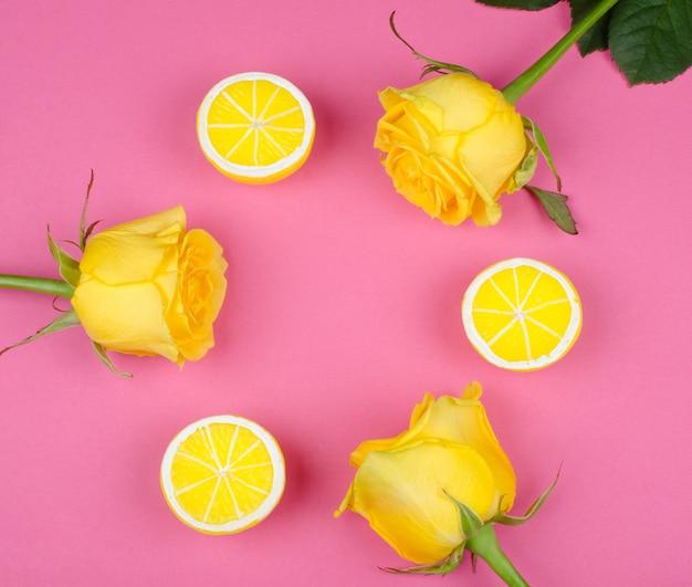 Rosas e limões em um fundo rosa