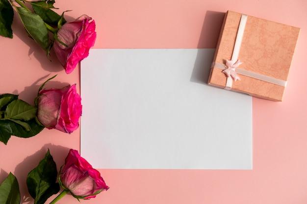 Rosas e presente com espaço mock-up