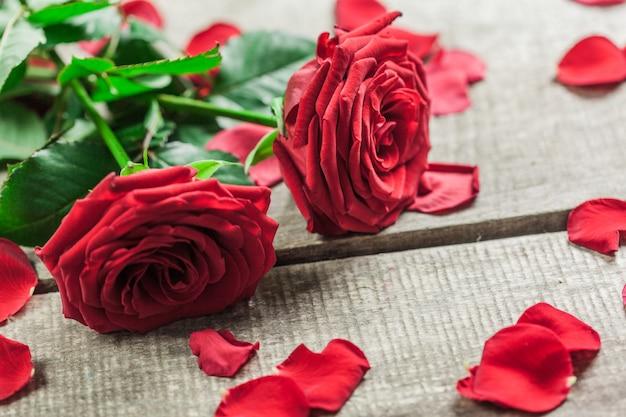 Rosas e um coração na placa de madeira, dia dos namorados