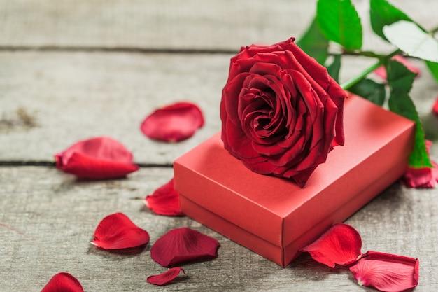 Rosas e um coração na placa de madeira, plano de fundo dia dos namorados