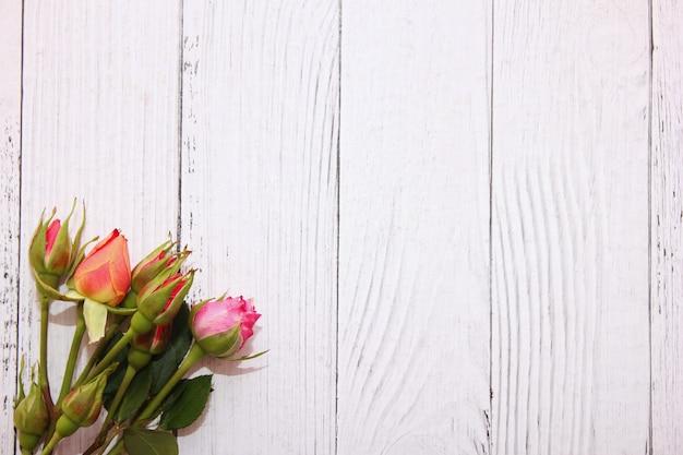 Rosas em fundo branco de madeira