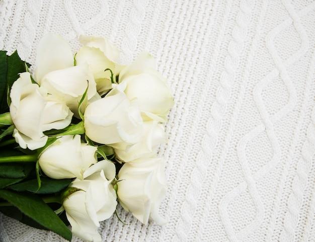 Rosas em um fundo branco de malha