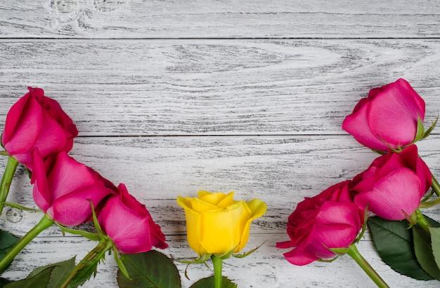 Rosas em um fundo de madeira