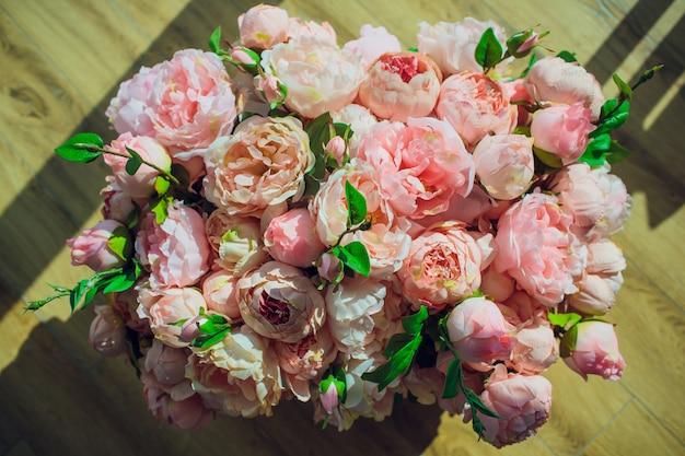 Rosas em uma caixa no fundo de madeira