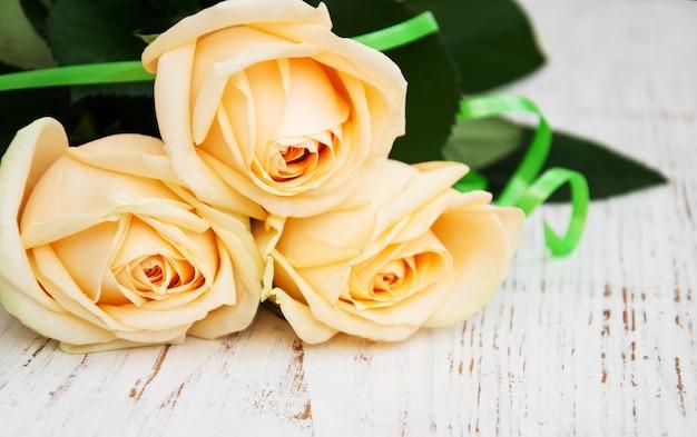 Rosas em uma mesa de madeira