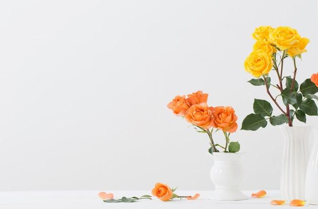 Rosas em vaso branco
