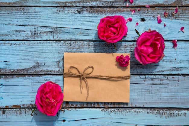 Rosas fofos e envelope vintage