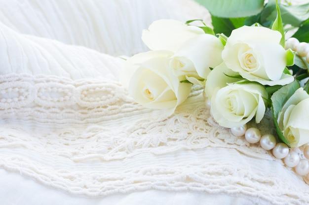 Rosas frescas brancas com renda branca