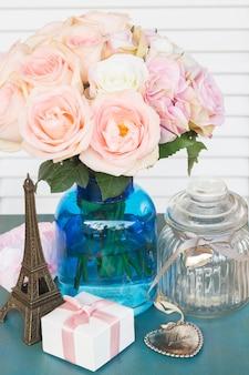 Rosas frescas cor de rosa com coração e caixa de presente para o dia dos namorados