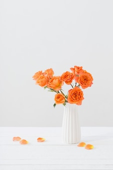 Rosas laranja em vaso branco