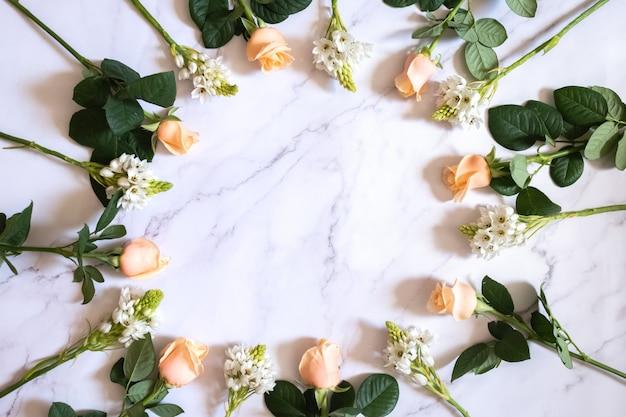 Rosas na superfície de mármore em um círculo