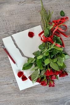 Rosas, papel e caneta