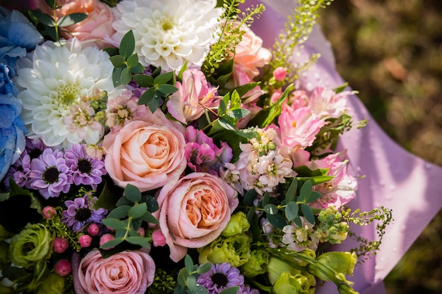 Rosas, ranúnculo, abóbora hypericum, crisântemo. primavera, arranjo floral de verão