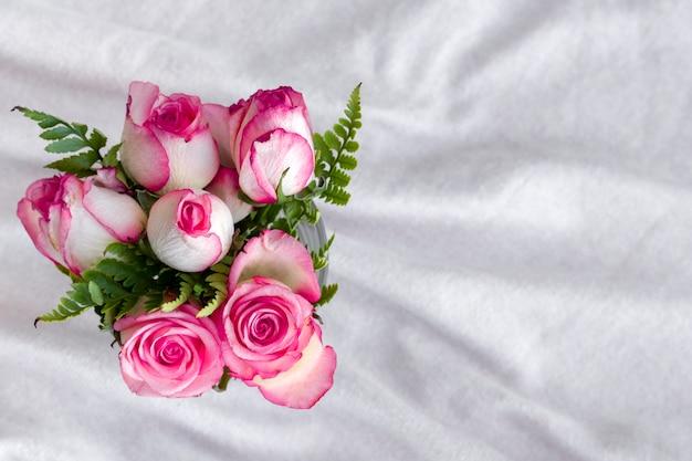 Rosas românticas de vista superior em uma tabela