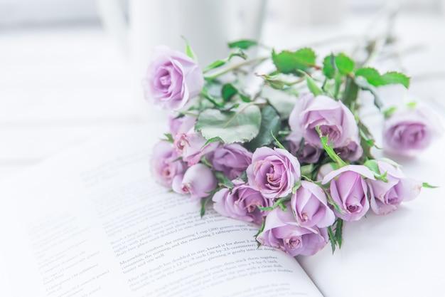 Rosas roxas no livro foto