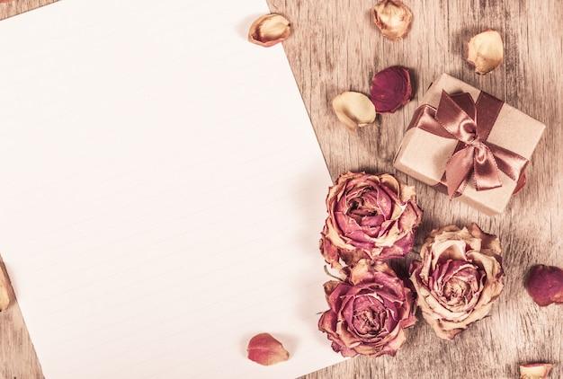 Rosas secas e papel limpo