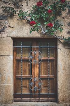 Rosas trepadeiras vermelhas na fachada de uma casa tradicional
